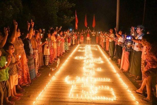 ミャンマー軍事クーデターで亡くなった人を祈る人々